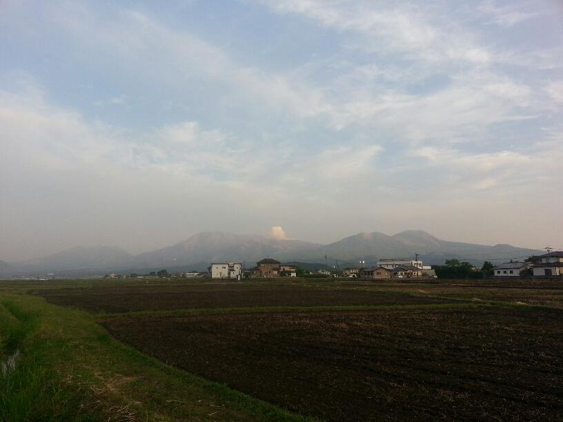 夕暮れの阿蘇山